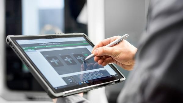 Röntgenblick: Was in der Werkzeugmaschine der Zukunft passiert, ist auch auf dem Tablet nachzuvollziehen.