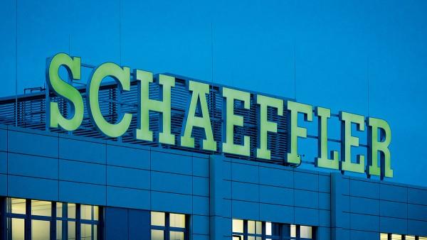 """Schaeffler stärkt den weltweiten Außenauftritt: In der Unternehmenszentrale in Herzogenaurach werden die alten """"INA""""-Logos durch die neuen """"Schaeffler""""-Logos der Dachmarke ersetzt."""