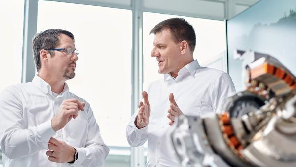 Dr.-Ing. Jochen Schröder (rechts) koordiniert aus Bühl 1.200 Schaeffler-Ingenieure im Unternehmensbereich E-Mobilität.