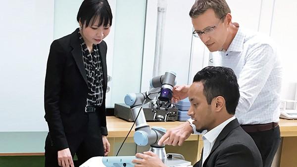 """Im """"RoboLab"""" in Yokohama forschen Dr. Tomas Smetana (rechts) und sein Team an Lösungen für eine smarte Fabrik."""