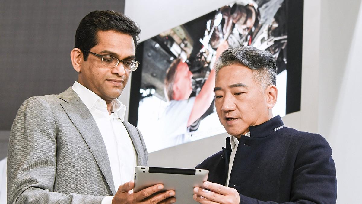 Ramdas Cherupara (links) und Kwan Felix Koo gestalten die digitale Zukunft der Sparte Automotive Aftermarket.