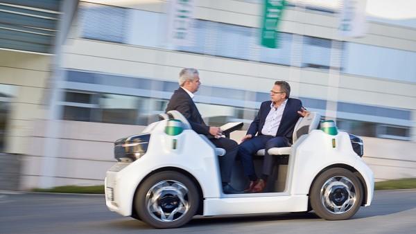 Test drive in Herzogenaurach: Dr.-Ing. Dirk Kesselgruber (left) and Roland Arnold
