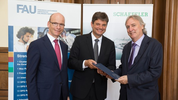Looking forward to the collaborative research project SHARE at FAU and further cooperation: Prof. Dr. Tim Hosenfeldt, Director of Corporate Innovation at Schaeffler, Prof. Dr. Joachim Hornegger, President of the Friedrich-Alexander University of Erlangen-Nürnberg, and Prof. Dr.-Ing. Peter Gutzmer, Schaeffler's Deputy CEO and Chief Technology Officer (from left)
