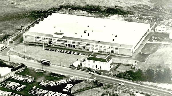 1957: Erstes INA-Auslandswerk: In Llanelli, Großbritannien, beginnt mit sechs Mitarbeitern die Produktion von Nadelrollen.