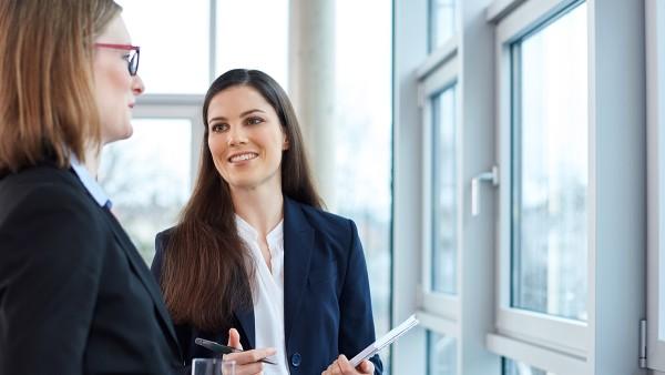Mitarbeiterinnen der Schaeffler Gruppe im Austausch zu verantwortungsvollem Wirtschaften bei Schaeffler.