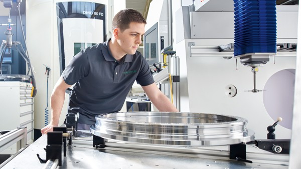 Michael Sperber operating the 3D measurement machine, whose measurement data is transmitted back to the Machine Tool 4.0 for analytic purposes.