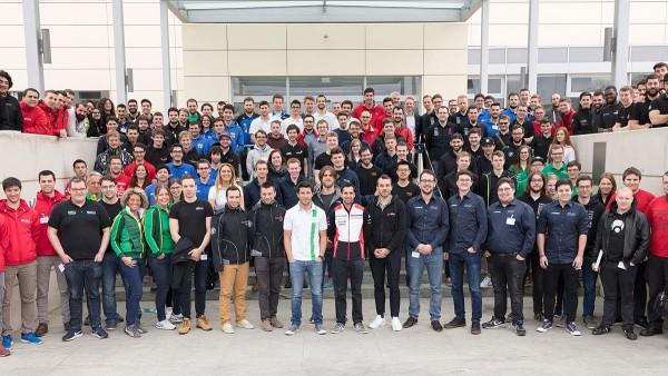 Teilnehmer der Schaeffer-Motorsport Academy vor der Schaeffler-Zentrale