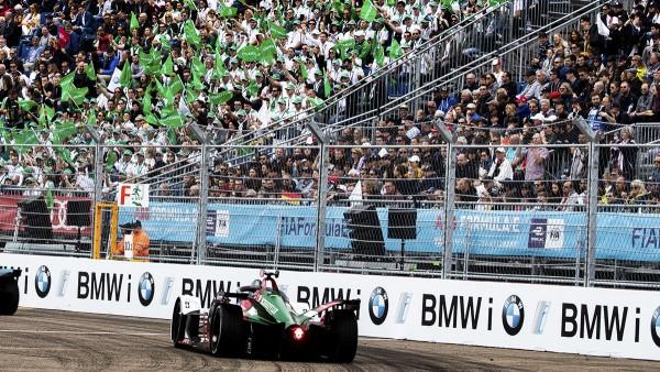 """400 Schaeffler Mitarbeiter bilden die """"grüne Wand"""" und unterstützen die Fahrer beim Berlin E-Prix."""