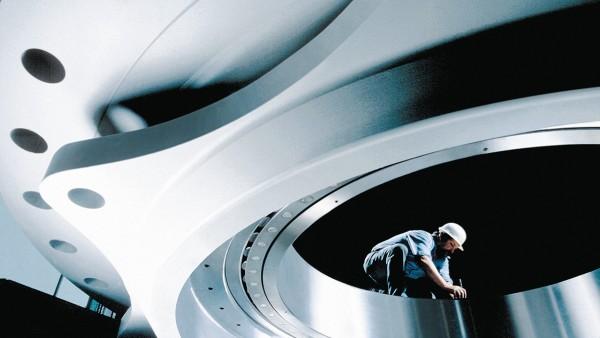 Gigantische Dimensionen: Montage des Pendelrollenlagers von Schaeffler im London Eye