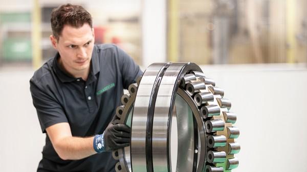 Zusammenbau eines Hightech-Pendelrollenlagers – Schaeffler bietet seit Jahrzehnten Lagerlösungen für außergewöhnliche Anforderungen.