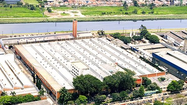 Adquisición de FAG Kugelfischer AG & Co. KG, Schweinfurt. INA y FAG se convierten en el segundo mayor fabricante mundial de rodamientos rodantes. En Brasil la unidad FAG está instalada en la cuidad de San Pablo.