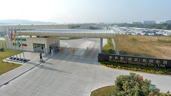 舍弗勒南京工厂正式投产,生产精密轴承、精密传动部件和汽车发动机零部件等,产品用于机械制造、重工、交通运输、风电、机床、工程机械以及汽车发动机和底盘系统等领域。