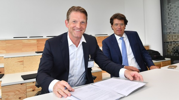 Dr. Daniel Holz, Managing Director of SAP Deutschland SE & Co. KG (left), and Klaus Rosenfeld, CEO of Schaeffler AG, signed the contract for the strategic partnership.