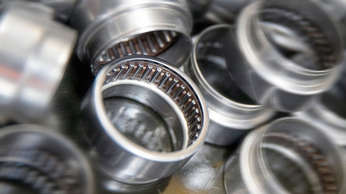 The cage-guided needle roller bearing