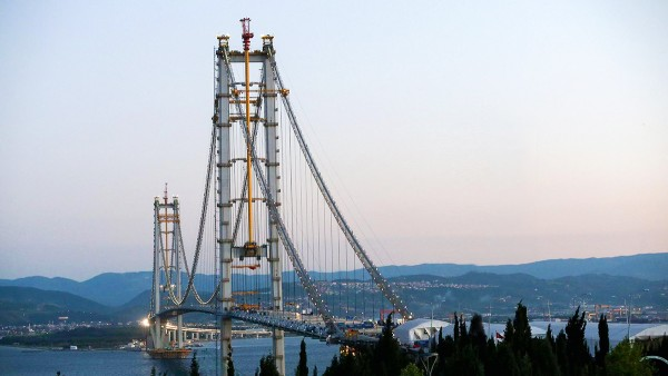 The Osman-Gazi bridge in Istanbul is securely connected by 109 spherical plain bearings and 72 bushes from Schaeffler to the base, even in tremor situations.