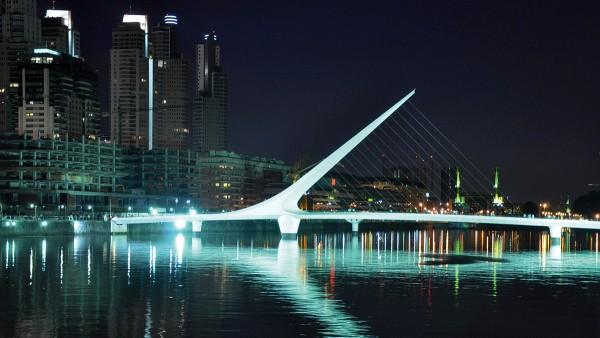 Ein einziges Axial-Gelenklager von Schaeffler trägt die 800 Tonnen schwere Puente de la Mujer in Buenos Aires.
