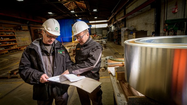 Peter Fischer, Schaeffler-Mitarbeiter vom Standort Schweinfurt (links im Bild) und Gerard Versteeg, von Schaeffler Netherlands (rechts im Bild) beim Einbau der neuen Lager in die 67 Seilscheiben der Botlek-Hubbrücke.