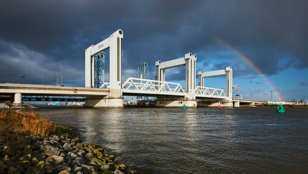 """The """"Botlek"""" vertical lift bridge is one of the superlatives of its kind - as well as its bearings: The enormous burdens of decades of use are handled by specially designed double row cylindrical roller bearings."""