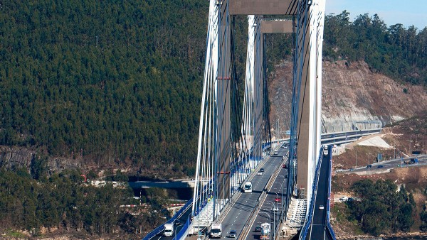 Schaeffler Iberia mounted 140 spherical plain bearings for the extension from four to six lanes of the Puente de Rande bridge in Galicia.