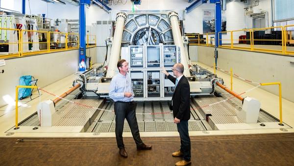 Andreas Mangold (rechts) vor dem Großlagerprüfstand Astraios. Mit seiner realitätsnahen Kraft- und Momentensimulation liefert Astraios wertvolle Erkenntnisse, die für die Neuentwicklung von Lagerlösungen  genutzt werden.