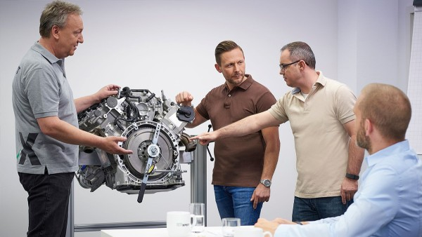 During the technical training seminars of the Schaeffler Automotive Aftermarket division, garage employees learn about the latest technologies – in theory and in practice.