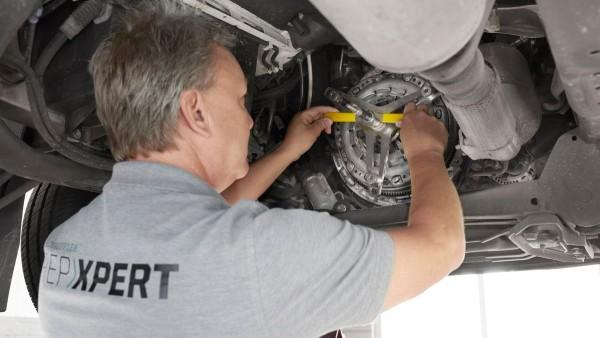 Einfacher Tausch der selbstnachstellenden Kupplung: Das Spezialwerkzeug ermöglicht die gegenkraftfreie Montage der Kupplungsdruckplatte und ist unerlässlich für die Reparatur.