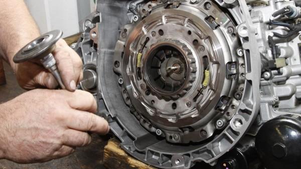 Gemeinsam mit den Versuchsingenieuren im Schaeffler-Werk in Bühl erhalten die Werkzeug-Spezialisten Einblicke in die technischen Eigenschaften der Doppelkupplung.