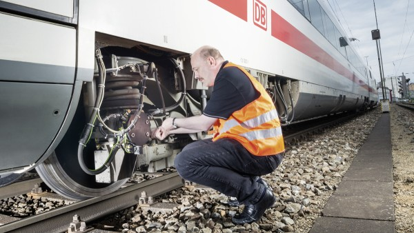 Rail vehicles: Condition monitoring systems analyze the data from vibration, speed and temperature sensors - thereby uncovering imminent breakdowns before they occur.