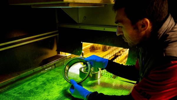 Untersuchung eines Bahnlagers unter UV-Licht auf Risse