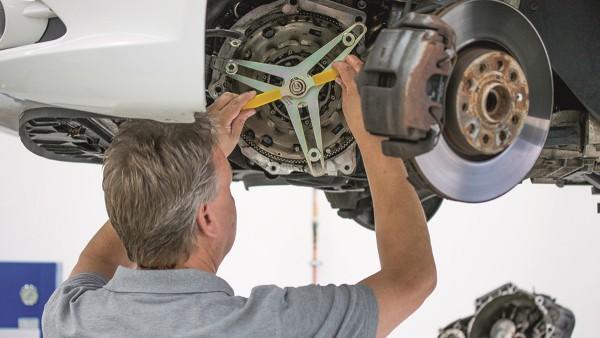 Direkt am Fahrzeug zeigt Ralf Kuhlmey den einfachen Tausch einer trockenen Doppelkupplung mit dem passenden Spezialwerkzeug.
