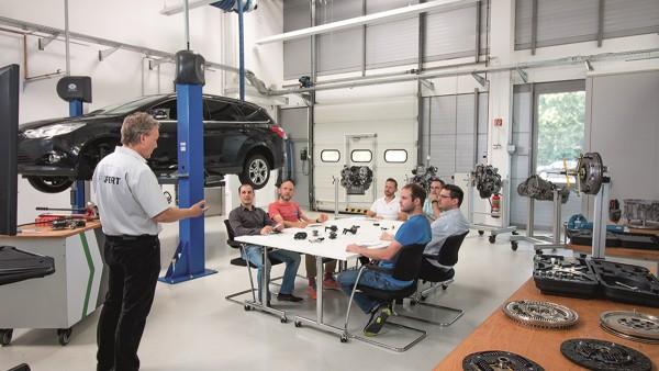 Im ersten eigenen Trainingszentrum am Automotive Aftermarket Hauptsitz in Langen vermitteln die technischen Trainer Theorie und Praxis auf anschauliche Art und Weise.