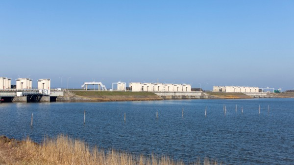 Ein Damm trennt das IJsselmeer vom offenen Meer ab.