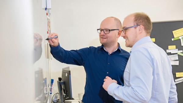 Dr. Johannes Kolb, Leiter der Arbeitsgruppe Elektrische Antriebe bei SHARE am KIT (links), empfahl Sven-Erik Asmussen für das Top-Studenten-Programm. Nun arbeitet Asmussen bei Dr. Kolb in der Abteilung.