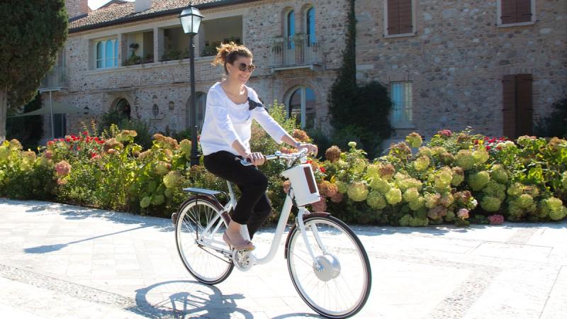 Fahrrad für den Arbeitsweg: Mit Kostüm und Stöckelschuhen