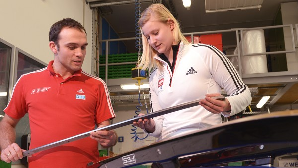 Carsten Ludwig, Project Manager Luge at FES, and Dajana Eitberger, German luge athlete, in discussion: Feedback from the athletes is decisive for optimizing and further developing the individually tuned sports equipment.