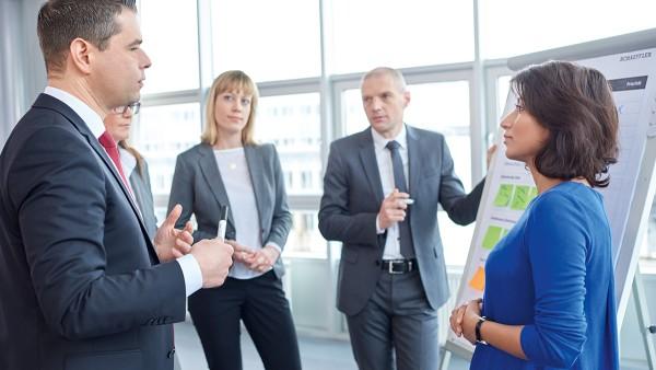 Regelmäßige Dialoge mit Anspruchsgruppen unterstützen bei der Ausrichtung unternehmerischer Verantwortung.
