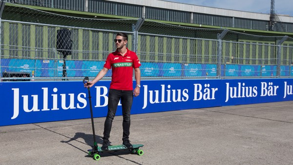 Daniel Abt auf einem Elektro-Skateboard von Schaeffler