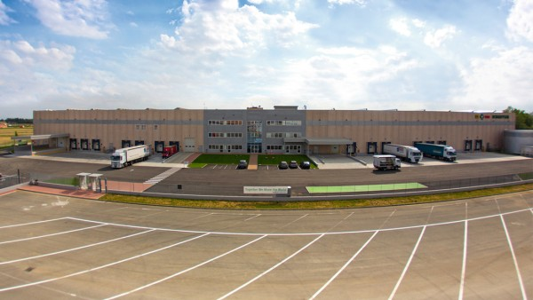 The European Distribution Center has a storage area of approx. 17,000 square meters (4.2 acres) with a total of 3,600 spaces for pallets and 45,000 storage compartments in the automated small parts warehouse.