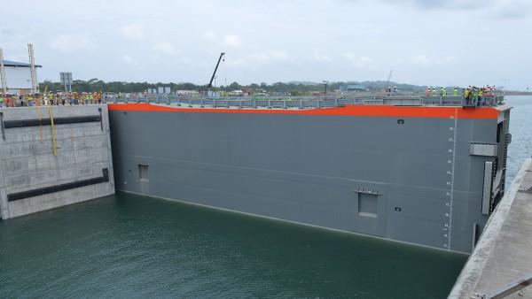 Die Schleusentore sind 50 Meter breit, 30 Meter hoch und 10 Meter dick. (Bild: Panama Canal Authority)
