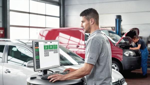 Auf dem Onlineportal REPXPERT findet der Werkstattmitarbeiter alle Bauteile für die anstehende Reparatur.