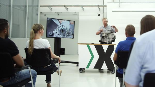Am transportablen Trainingsequipment können die Teilnehmer den Kupplungstausch im Detail verfolgen.