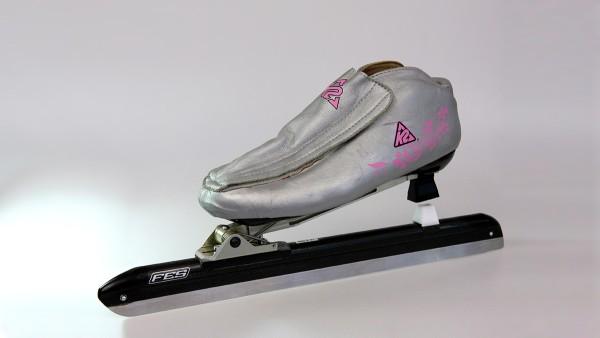 In den letzten Jahren verwendete das FES für Eisschnelllauf-Schuhe Schienenmaterial, das von Schaeffler aus weltraumerprobtem Hochleistungsstahl gefertigt wird und die nötigen Anforderungen sehr gut erfüllt.